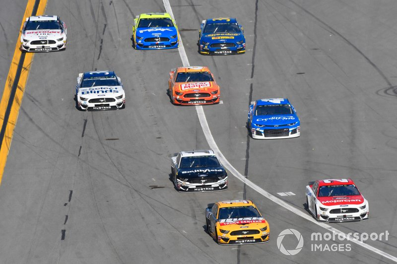 Clint Bowyer, Stewart-Haas Racing, Ford Mustang Rush Truck Centers/Mobil 1 and Paul Menard, Wood Brothers Racing, Ford Mustang Motorcraft / Quick Lane Tire & Auto Center pit stops