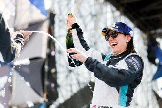 La vincitrice della gara Katherine Legge, Rahal Letterman Lanigan Racing, festeggia sul podio