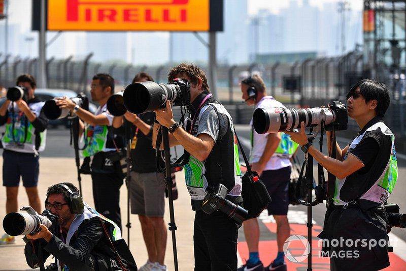 Des photographes dans la voie des stands