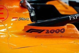 Наліпка на боліді McLaren MCL34 Карлоса Сайнса на честь 1000-ї гонки Ф1