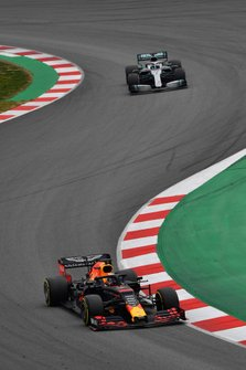 Max Verstappen, Red Bull Racing RB15 en Valtteri Bottas, Mercedes-AMG F1 W10