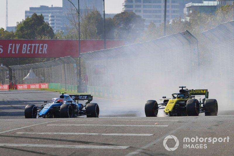 Robert Kubica, Williams FW42 et Daniel Ricciardo, Renault R.S.19 avec des dégâts