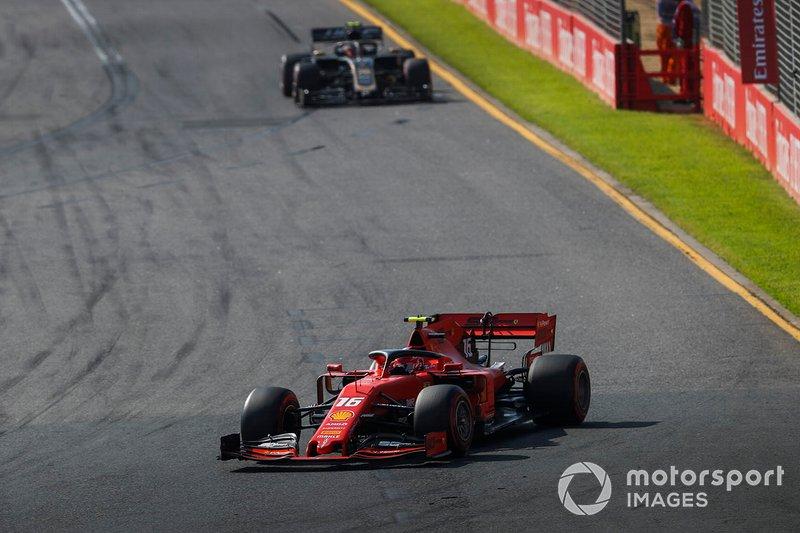 Charles Leclerc, Ferrari SF90, precede Kevin Magnussen, Haas F1 Team VF-19
