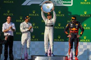 Winnaar Valtteri Bottas, Mercedes AMG F1 op het podium met Lewis Hamilton, Mercedes AMG F1 en Max Verstappen, Red Bull Racing