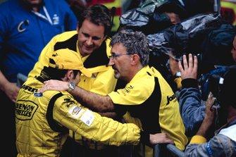 Giancarlo Fisichella, Jordan EJ13, celebra al pensar que ganó la carrera.