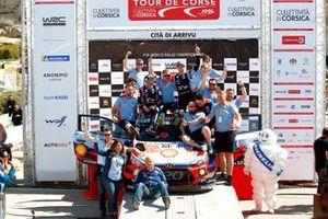 Подиум: Тьерри Невилль, Николя Жильсуль, Hyundai Motorsport Hyundai i20 Coupe WRC с командой