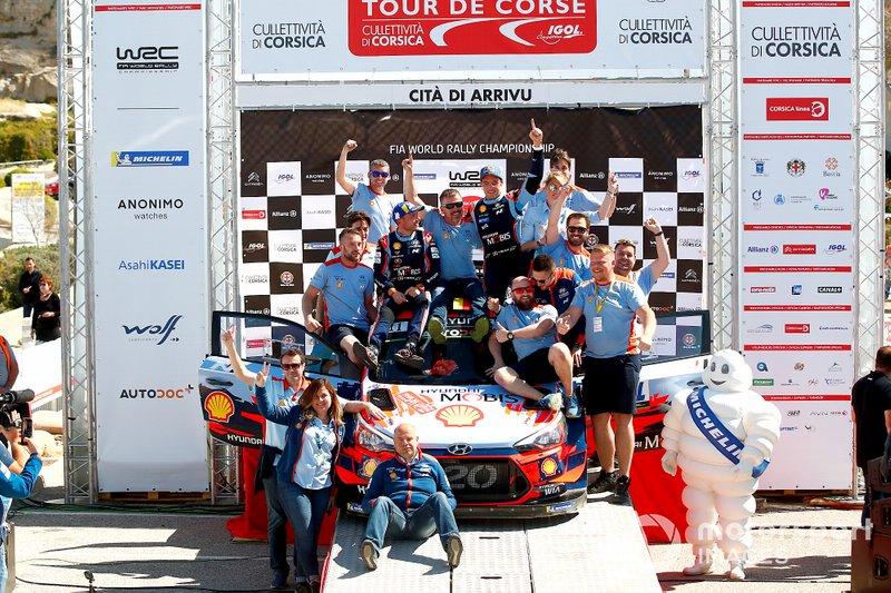 Podio: Thierry Neuville, Nicolas Gilsoul, Hyundai Motorsport Hyundai i20 Coupe WRC con el equipo