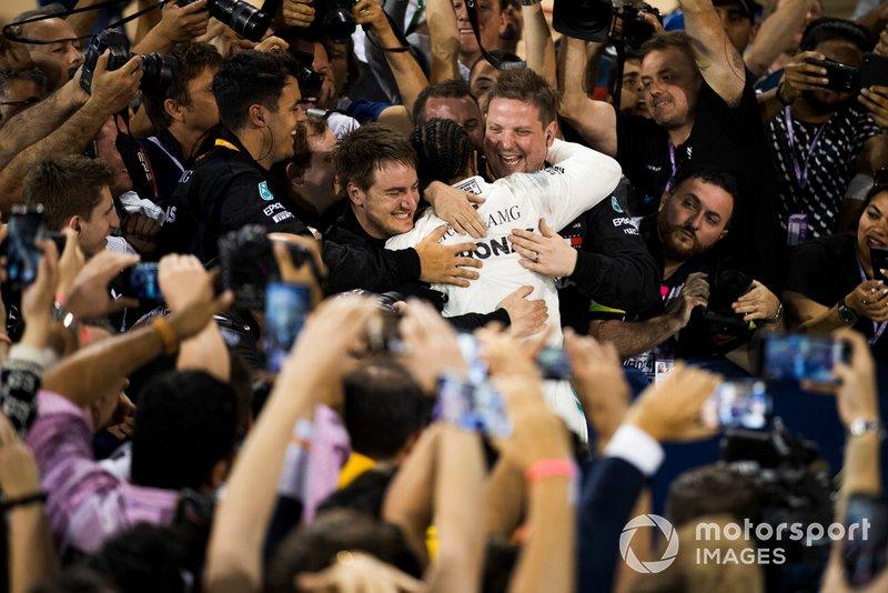 Lewis Hamilton, Mercedes AMG F1, vincitore, festeggia con il suo team