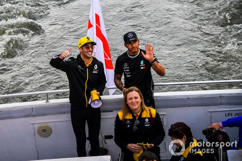 Daniel Ricciardo, Renault and Lewis Hamilton, Mercedes AMG F1 wave to fans from the boat on the way to the Federation Square event