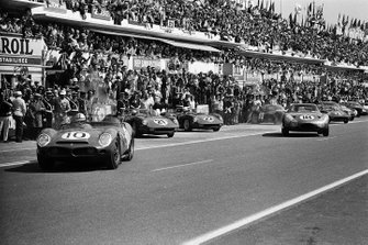 #10 North American Racing Team Ferrari 330LM TRI: Pedro Rodriguez, Roger Penske, get away first at the start
