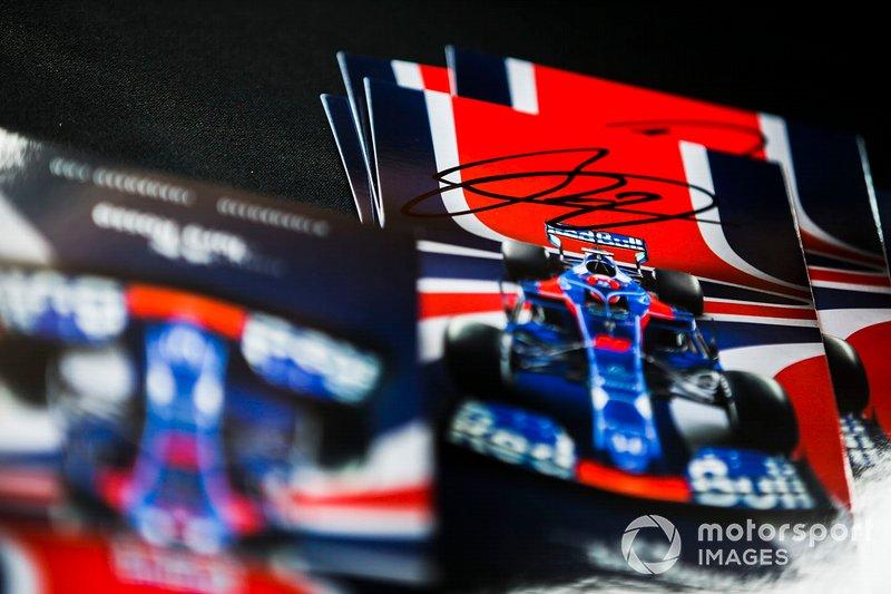 Daniil Kvyat, Toro Rosso imza dağıtıyor