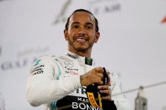Lewis Hamilton, Mercedes AMG F1, primero, en el podio