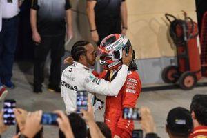 Lewis Hamilton, Mercedes AMG F1, primero, con Charles Leclerc, Ferrari, en Parc Ferme