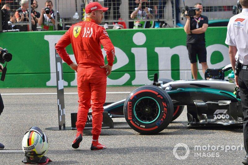 Sebastian Vettel, Ferrari, ispeziona la Mercedes AMG F1 W10