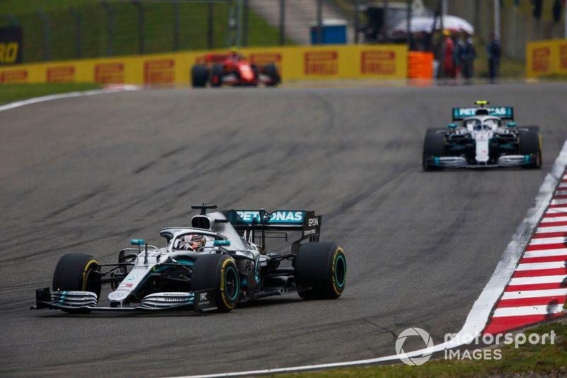 Lewis Hamilton, Mercedes AMG F1 W10, precede Valtteri Bottas, Mercedes AMG W10, e Charles Leclerc, Ferrari SF90