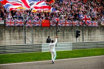 Lewis Hamilton, Mercedes AMG F1, 1° classificato, festeggia con i tifosi, alla fine della gara