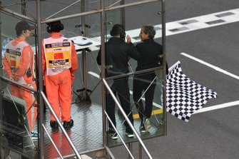 Советник Renault Sport F1 Team Ален Прост с клетчатым флагом