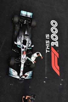 Lewis Hamilton, Mercedes AMG F1 W10, vincitore, festeggia al suo arrivo al Parco Chiuso