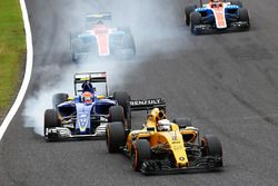 Kevin Magnussen, Renault Sport F1 Team RS16 precede Felipe Nasr, Sauber C35, che va al bloccaggio in