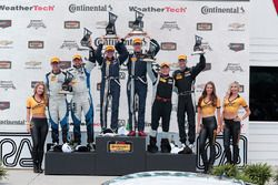 Podio: ganadores #15 Multimatic Motorsports Mustang Boss 302R: Billy Johnson, Scott Maxwell, segund