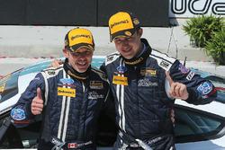 Podio: ganadores de la carrera #15 Multimatic Motorsports Mustang Boss 302R: Billy Johnson, Scott Ma