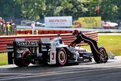 Helio Castroneves, Team Penske Chevrolet, tombe en panne dans la voie des stands
