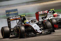 Sergio Perez, Sahara Force India F1 VJM09 y Esteban Gutierrez, Haas F1 Team VF-16 luchan por la posi