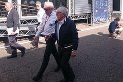 Charlie Whiting y Bernie Ecclestone en el paddock