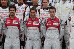 Audi Sport Team Joest-rijders bij de groepsfoto (L naar R): Lucas di Grassi; Loic Duval; Oliver Jarv