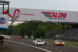 De vlag valt voor Hendrik Still, Andreas Guelden, Sofia Car Motorsport, Sin R1 GT4