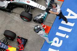 Le poleman Nico Rosberg, Mercedes AMG F1 Team dans le Parc Fermé