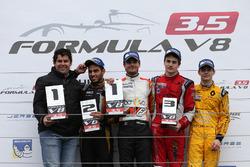 Podium : Adrain Valles; le deuxième, Roy Nissany, Lotus; le vainqueur Tom Dillmann, AVF; le troisième, Aurélien Panis, Arden Motorsport; Louis Deletraz, Fortec Motorsports