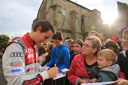 #8 Audi Sport Team Joest Audi R18: Oliver Jarvis signs autographs for the fans