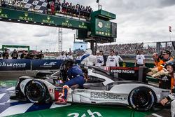 Les vainqueurs : #2 Porsche Team Porsche 919 Hybrid: Romain Dumas, Neel Jani, Marc Lieb arrive dans le parc fermé