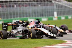 Sergio Pérez, Sahara Force India F1 VJM09 y Daniil Kvyat, Scuderia Toro Rosso STR11 luchan por la po