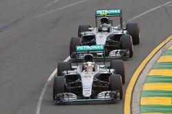 Lewis Hamilton, Mercedes AMG F1 Team W07, vor dem Teamkollegen Nico Rosberg, Mercedes AMG F1 Team W0