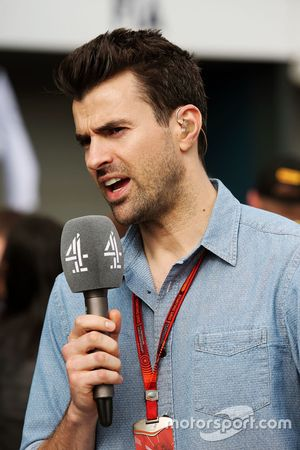 Steve Jones, présentateur pour Channel 4