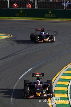 Carlos Sainz Jr., Scuderia Toro Rosso STR11 devant son équipier Max Verstappen, Scuderia Toro Rosso STR11