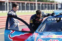 Daniel Ricciardo, Red Bull Racing maneja un V8 Supercar con Jamie Whincup, Triple Eight Race Engineering