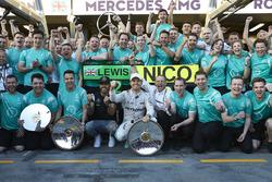 Le vainqueur Nico Rosberg, Mercedes AMG F1 Team, le deuxième Lewis Hamilton, Mercedes AMG F1 Team fête le doublé avec toute l'équipe