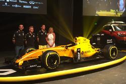 Kevin Magnussen, Renault Sport F1 Team; Jolyon Palmer, Renault Sport F1 Team; Cyril Abiteboul, Renault Sport F1, Teamchef, mit dem neuen Renault F1 RS16 und dessen neuen Farben