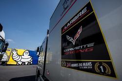 Michelin y Larbre Competition trailer en el paddock