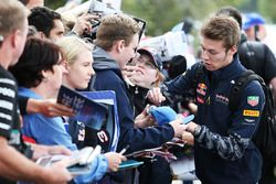 Даниил Квят, Red Bull Racing раздает автографы фанатам