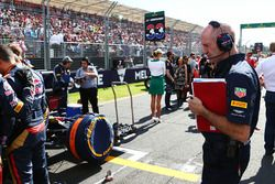 Adrian Newey, Directeur Technique Red Bull Racing regarde la Scuderia Toro Rosso STR11 de Max Verstappen, Scuderia Toro Rosso sur la grille