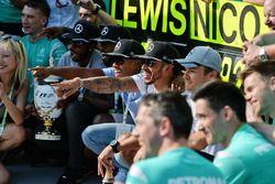 Le vainqueur Lewis Hamilton, Mercedes AMG F1 fête la victoire avec Nico Rosberg, Mercedes AMG F1 et son équipe