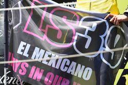 Alex Rins, Paginas Amarillas HP 40 tient un drapeau Luis Salom sur le podium