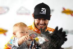 Yarış galibi Kyle Larson, Chip Ganassi Racing Chevrolet ve oğlu Owen