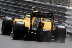 Kevin Magnussen, Renault Sport F1 Team R.S.16 avec une crevaison