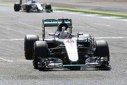 Ganador de la carrera Lewis Hamilton, Mercedes AMG F1 W07 Hybrid, celebra el final de la carrera