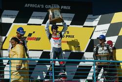 Podio: ganador de la carrera Tohru Ukawa; Valentino Rossi el segundo lugar y tercer lugar Loris Cap
